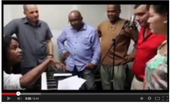 Médicos que atendieron a Chávez cantan Los amigos del amigo3