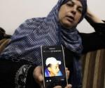 El rostro de Mohamed Abu Khdeir, en el teléfono de su madre, Suha Abu Khdeir. Foto: Reuters