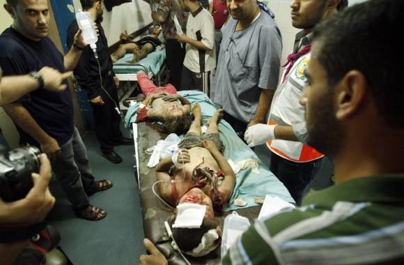 Niños heridos en un ataque aéreo israelí contra una vivienda en la ciudad de Gaza