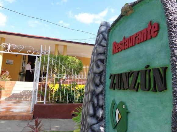 La primera cooperativa en funcionar en un restaurante del Ministerio de Turismo (MINTUR) se constituyó en la ciudad de Santiago de Cuba, polo que apuesta por diversificar las opciones que pone a disposición de sus clientes nacionales y extranjeros. Ubicado en el residencial reparto Vista Alegre y administrado antes por Palmares, la instalación El Zun Zun se adentra  ahora en esta nueva modalidad de gestión económica no estatal con el empeño de 11 trabajadores. Foto: Betty Beatón Ruiz/ Trabajadores