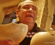 Tres polluelos de avestruz lograron nacer en cautiverio en la casa del holguinero Félix Rosales Almaguer. Foto: Heidi Calderón Sanchez/ Radio Holguín