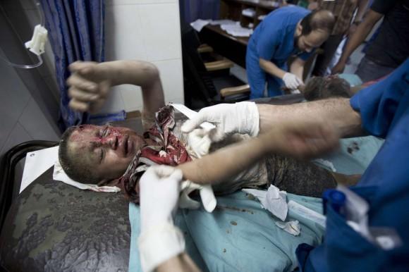 Un niño herido palestino recibe atención médica eb el hopistal al-Shifa de Gaza