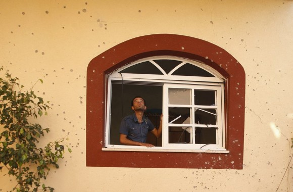 Un palestino observa los daños causados al edificio donde vive un alto dirigente local de la Yihad Islámica tras un ataque aéreo israelí en la ciudad de Beit Hanoun, al norte de la Franja de Gaz