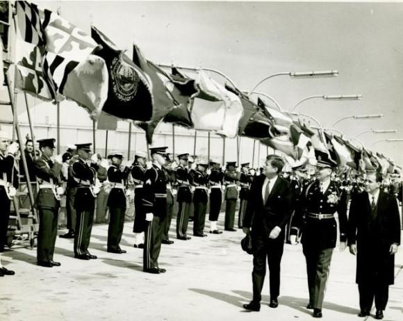 WikiMedia: El oficial del Ejército de EE.UU. Charles Murray camina junto a John F. Kennedy, a la izquierda, y el presidente brasileño João Goulart, el 3 de abril de 1962.
