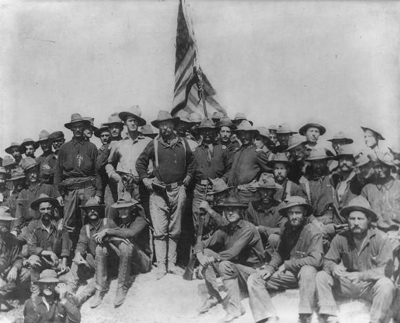 Wikimedia: El Coronel Theodore Roosevelt ocupa triunfante la Loma de San Juan, en Cuba.