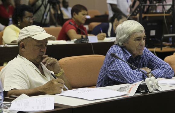 Nelson Domínguez y Manuel durante los debates de la Comisión Educación, Cultura, Ciencia y Tecnología. Foto: Ladyrene Pérez/Cubadebate.