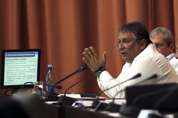 Marino Murillo interviene en la sesión plenaria la Asamblea Nacional del Poder Popular, correspondiente al Tercer Período de la VII Legislatura. Foto: Ladyrene Pérez/ Cubadebate