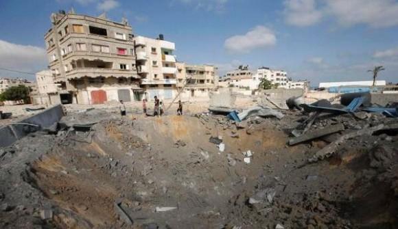 Cráter provocado por el bombardeo israelí en Gaza. Foto: Reuters.