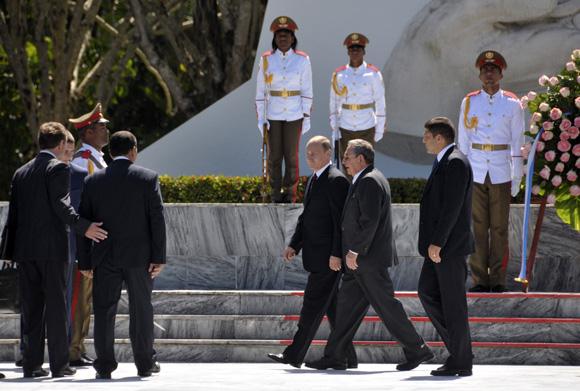 Raúl Castro y Vladimir Putin depositaron una ofrenda floral en Memorial al Soldado Internacionalista Soviético. Foto: Ladyrene Pérez/Cubadebate.