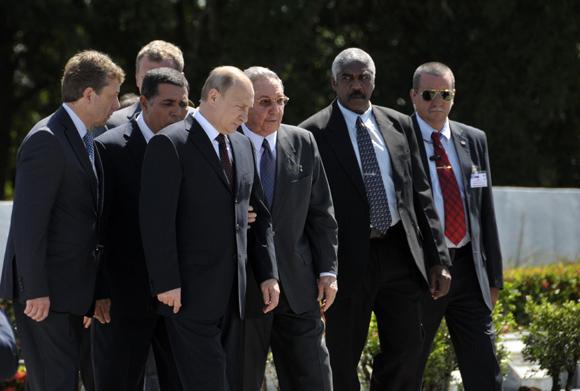 Raúl Castro y Vladimir Putin visitan Memorial al Soldado Internacionalista Soviético (+ Fotos)