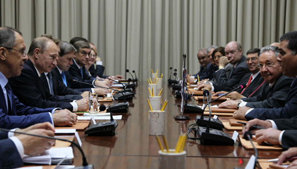 El presidente de Rusia, Vladimir Putin, y el presidente de los Consejos de Estado y Ministros de Cuba, General de Ejército Raúl Castro, sostienen conversaciones oficiales. FOTO: Ismael Francisco/CUBADEBATE.