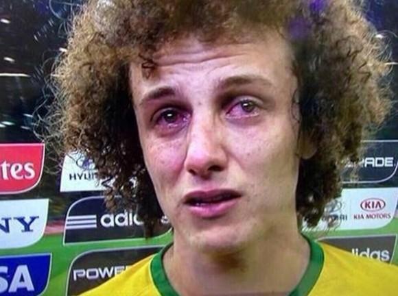 David Luiz llora sin consuelo después del partido con Alemania en semifinales. / Fotograma de televisión.