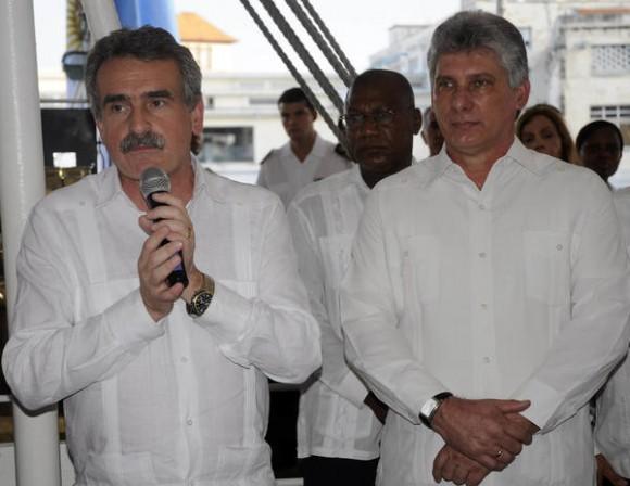 El miembro del Buró Político del Partido Comunista de Cuba (PCC) y Primer Vicepresidente de los Consejos de Estado y de Ministros, Miguel Diaz-Canel (D), junto al Ministro de Defensa de la República Argentina, Agustín Rossi (I), durante la visita que realizara al  Buque escuela  Fragata Libertad, de la Armada de la República de Argentina,  anclado en el puerto de La Habana, Cuba, el 02 de julio de 2014.   AIN FOTO/Abel PADRÓN PADILLA/sdl