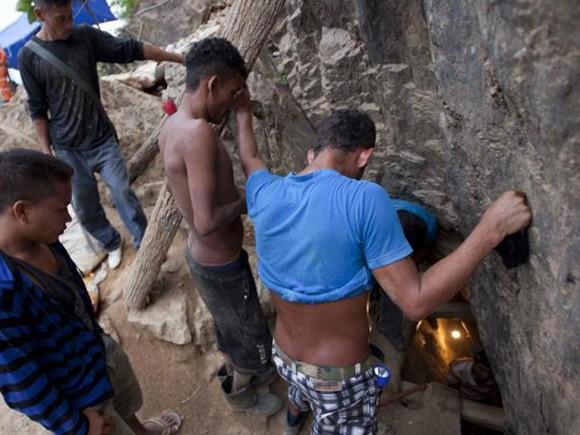 Una piedra grande, que está siendo ´triturada con un martillo hidráulico´, obstaculiza el paso de los socorristas en la mina ubicada en el municipio de El Corpus, Choluteca, limítrofe con Nicaragua. Foto: EFE.