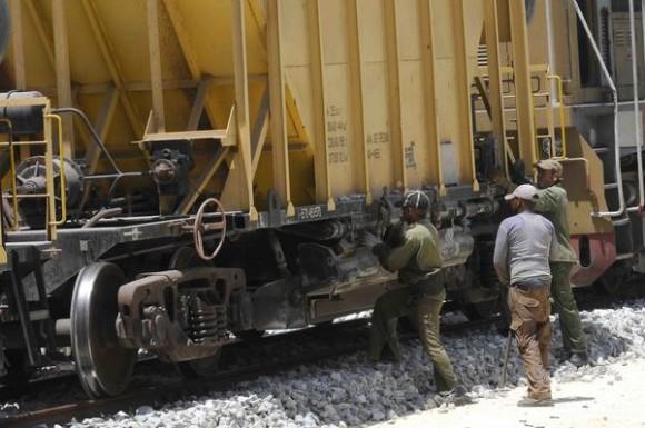 Trabajadores vierten gravilla, durante la construcción de la vía férrea, que unirá la Terminal de Contenedores del Mariel y La Habana, en la provincia de Artemisa, Cuba, el 20 de junio de 2014.    AIN FOTO/Roberto MOREJÓN RODRÍGUEZ