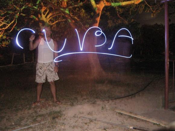 Estas fotos las hice el 4 de junio del 2011 en el campismo Rancho Club ubicado en la CEN, Cienfuegos. La realicé utilizando la apertura del diafragma 15 segundos y escribiendo con una linterna de led en sentido contrario e inverso. Foto: Guillermo González