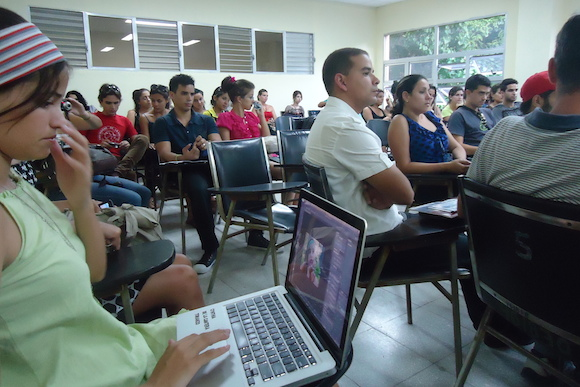De ahora en adelante a los 209 alumnos de la Facultad de Comunicación (FCOM) de la Universidad de La Habana que se graduaron ayer.
