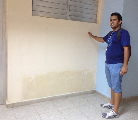 """La pared recién pintada ya muestra los signos de la humedad. Cada día amanece la """"sede de Bohemia"""" con nuevos problemas que no se advirtieron antes y terminaciones inconclusas, """"hijas del desinterés y la desidia, de la falta de sentido de pertenencia con una obra"""". Foto: Alejandra García"""