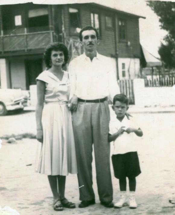 Familia cubana en la playa Santa Fe, en la década del 50 del Siglo pasado.