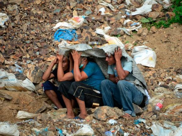 Familiares de los once mineros artesanales atrapados en una mina, que se derrumbó la noche del miércoles 2 de julio, en la comunidad de San Juan Arriba, en el sur de Honduras, permanecen a la espera de noticias. | Fuente: AFP