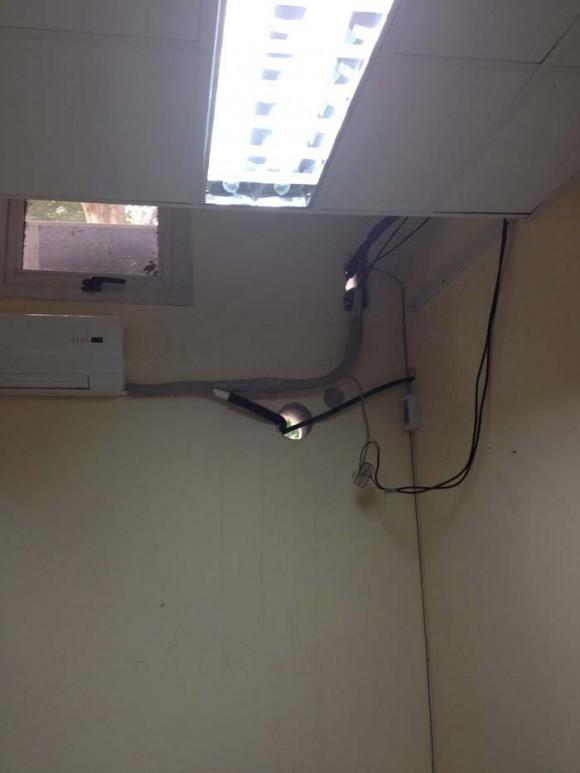 Colocación a medias del aire acondicionado en la Facultad por parte de la cooperativa cuentapropista ARQDECONS Foto: Alejandra García