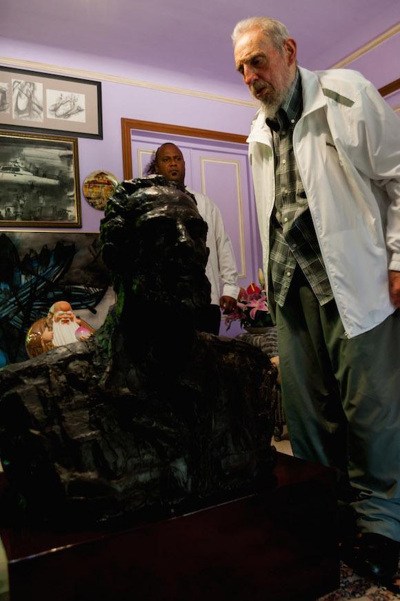 Fue un gesto sumamente amistoso, por parte del presidente Xi Jinping, el obsequio de un busto en bronce del Compañero Fidel que pesa 175 kilogramos, y que según este se parece más al Fidel joven, que al parecido de él con el busto.