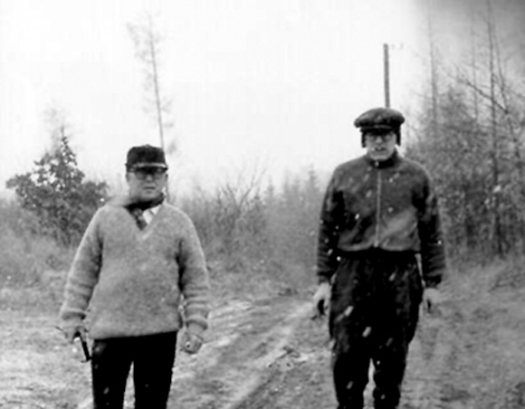 En las afueras de Praga -adonde fue trasladado al terminar su misión en África-, el Che pasea junto a Fisín. Momentos después se encontraron con unos niños que jugaban futbol y el guerrillero se sumó al juego. Ellos nunca supieron quién daba patadas a su balón. (CORTESÍA DE FISÍN)