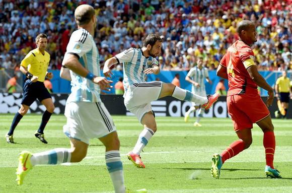 Higuaín, al momento de definir el choque. Foto: Peter Powell/EFE.