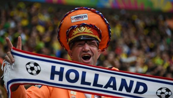 Los aficionados holandeses han podido celebrar este primer tiempo, no así los anfitriones. Foto: AFP.