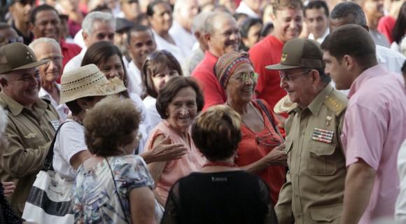Encuentro de Raúl con un grupo de artemiseños al cierre del acto. Foto: Ismael Francisco/ Cubadebate