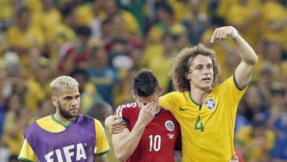 David Luiz abraza y consuela a James Rodríguez, tras la victoria brasileña ante Colombia. Foto: AP