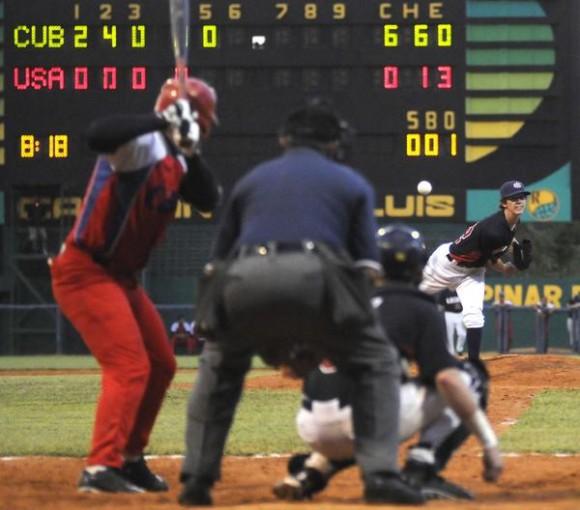 Cuarto juego del tope de béisbol entre los equipos de Cuba y Estados Unidos, disputado en el estadio Capitán San Luís de la ciudad de Pinar del Río, el 26 de julio de 2014.AIN FOTO/Abel PADRÓN PADILLA