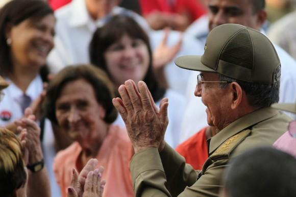 Encuentro de Raúl con un grupo de artemiseños al cierre del acto. Foto: Ladyrene Pérez/ Cubadebate