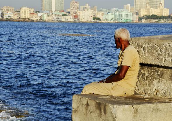 Desde horas tempranas, el malecón es fuente de paz para el adulto mayor. Foto. Roberto Garaicoa Martínez/. CUBADEBATE.