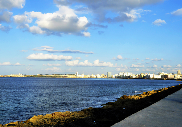 5 Las aguas del Malecón habanero son más azules. Foto: Roberto Garaicoa Martínez/ CUBADEBATE.