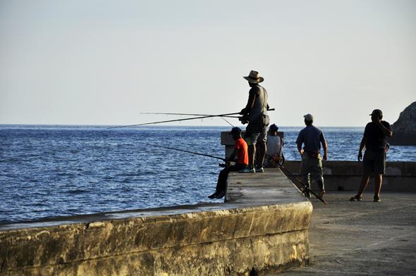 Los fans de la pesca ya pueden confiar en capturar una presa. Foto: Roberto Garaicoa Martínez/ CUBADEBATE.