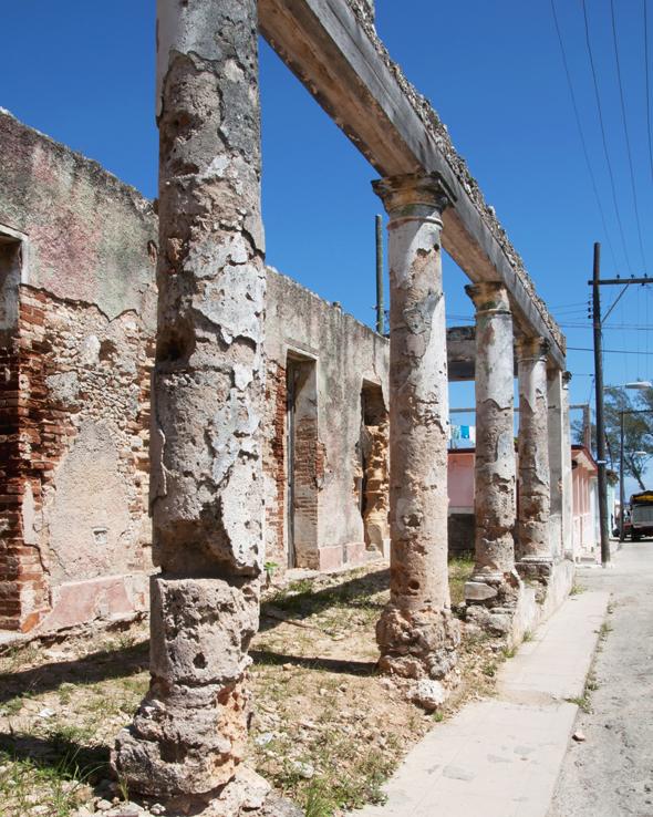 Columnas, magnificas, pero destruidas en Cojímar. Foto: Roberto Garaicoa Martínez/ CUBADEBATE.