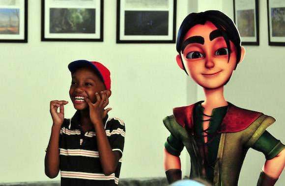 Un niño junto a la gigantografía de Meñique en la Cinemateca de Cuba, durante el estreno de la película. Foto: Ladyrene Pérez/ Cubadebate