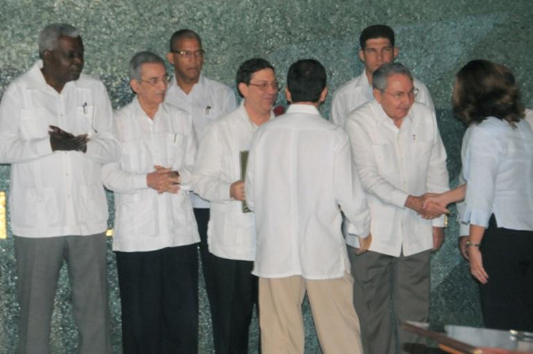 Raúl en la juramentación de los nuevos embajadores