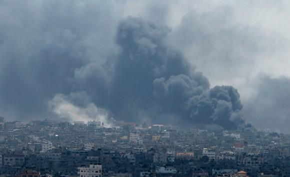 Bombardeos este domingo contra la Franja de Gaza. Foto: REUTERS/Mohammed Salem