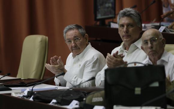 Con la presencia de Raúl Castro Ruz, presidente de los Consejos de Estado y de Ministros, sesiona este sábado en sesión plenaria la Asamblea Nacional del Poder Popular, correspondiente al Tercer Período de la VII Legislatura. Foto Ismael Francisco/ Cubadebate