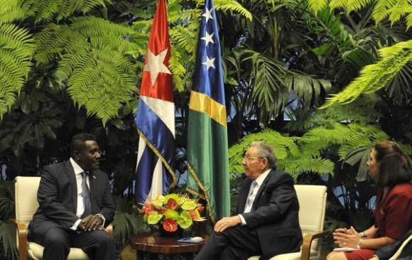 El General de Ejercito Raúl Castro Ruz(D), Presidente de los Consejos de Estado y de Ministros y Gordon Darcy Lilo (I), Primer Ministro de Islas Salomón, durante las conversaciones oficiales sostenidas en el Palacio de la Revolución, en La Habana, el 25 de julio de 2014.  AIN FOTO/Roberto MOREJON RODRIGUEZ/