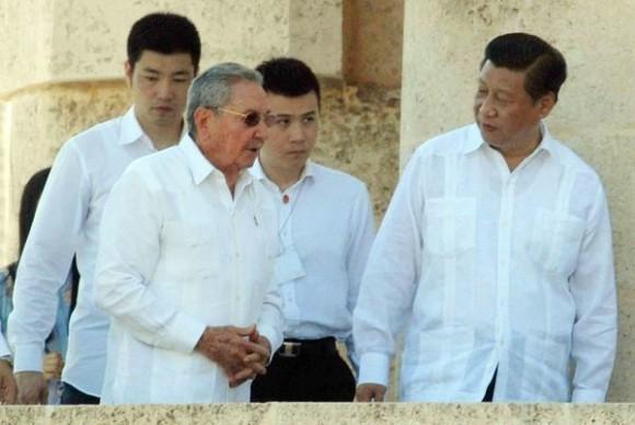 Xi Jinping (D), Presidente de la República Popular China y el General de Ejercito Raúl Castro Ruz (I), Presidente de los Consejos de Estado y de Ministros, durante la ceremonia de homenaje a nuestro Héroe Nacional José Martí, en el Mausoleo donde descansa sus restos, en el cementerio Santa Ifigenia de Santiago de Cuba, el 23 de julio de 2014. AIN FOTO/Miguel RUBIERA JUSTIZ