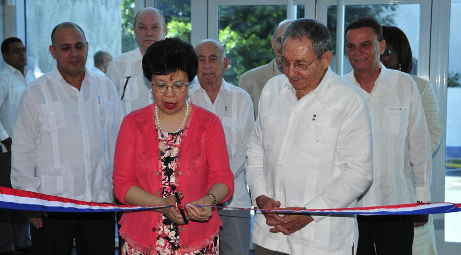 Margaret Chan y Raúl Castro en la inauguración de centros de salud
