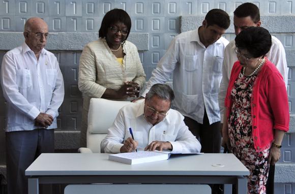 Raúl Castro y Margaret Chan inauguraron la nueva sede de los centros para el Control Estatal de Medicamentos y del Nacional Coordinador de Ensayos Clínicos. Foto: Ladyrene Pérez/ Cubadebate.