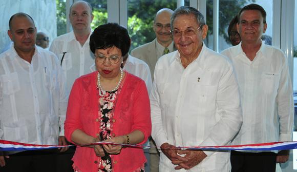 Raúl junto a la directora de la OMS, Margaret Chan. Foto: Ladyrene Pérez/ Cubadebate.