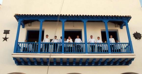 Xi Jinping (C D), Presidente de la República Popular China y el General de Ejercito Raúl Castro Ruz (CI), Presidente de los Consejos de Estado y de Ministros, durante una visita al lugar desde donde, el Líder Histórico de la Revolución Fidel Castro Ruz, proclamara el Triunfo de la Revolución, en Santiago de Cuba, 23 de julio de 2014.     AIN FOTO/Miguel RUBIERA JUSTIZ