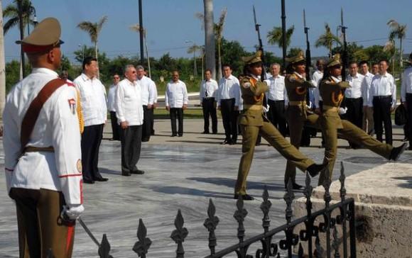 Xi Jinping (I), Presidente de la República Popular China y el General de Ejercito Raúl Castro Ruz (D), Presidente de los Consejos de Estado y de Ministros , durante la ceremonia de homenaje a nuestro Héroe Nacional José Martí, en el Mausoleo donde descansa sus restos, en el cementerio Santa Ifigenia de Santiago de Cuba, el 23 de julio de 2014.    AIN FOTO/Miguel RUBIERA JUSTIZ