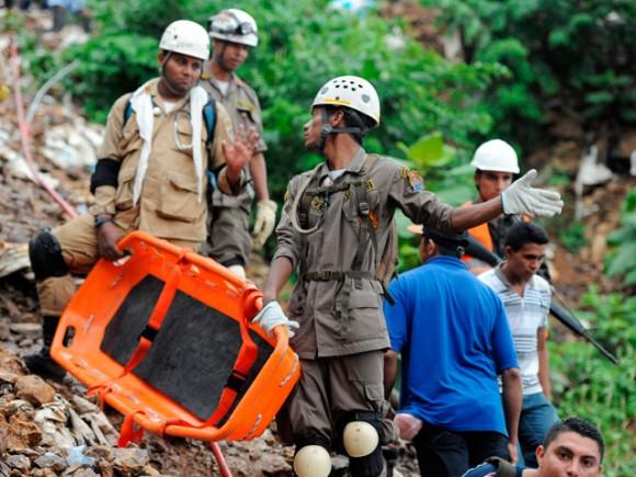 Socorristas trabajan en las labores de rescate de los once mineros artesanales atrapados. | Fuente: AFP