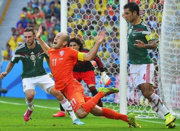 Robben se tira tras entrada de Rafa Márquez. Foto: EFE.